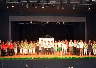 Artistas e voluntários do OS no palco (2)